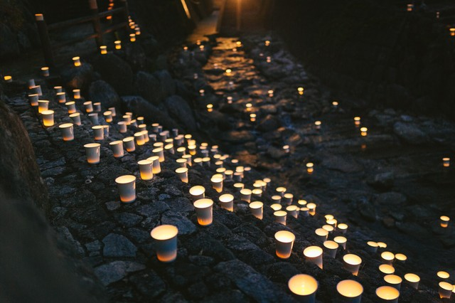 幻想的に美しい、ボシ灯ろう祭りの川沿いの写真