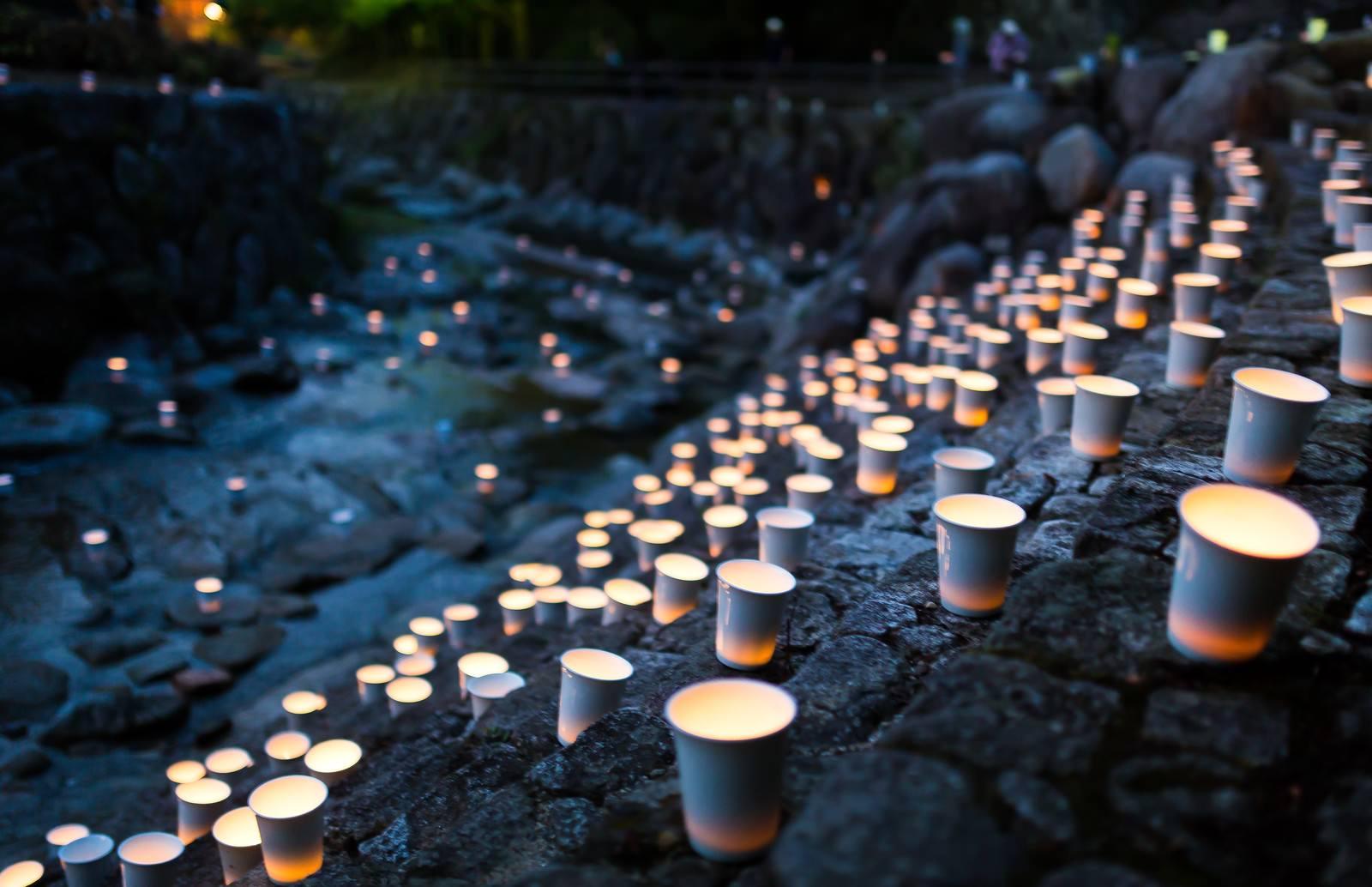 「幻想の炎揺らめくボシ灯ろうまつり幻想の炎揺らめくボシ灯ろうまつり」のフリー写真素材を拡大
