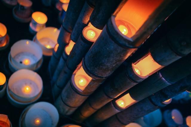 幻想的な灯りに包まれる伊万里ボシ灯ろうまつりの写真