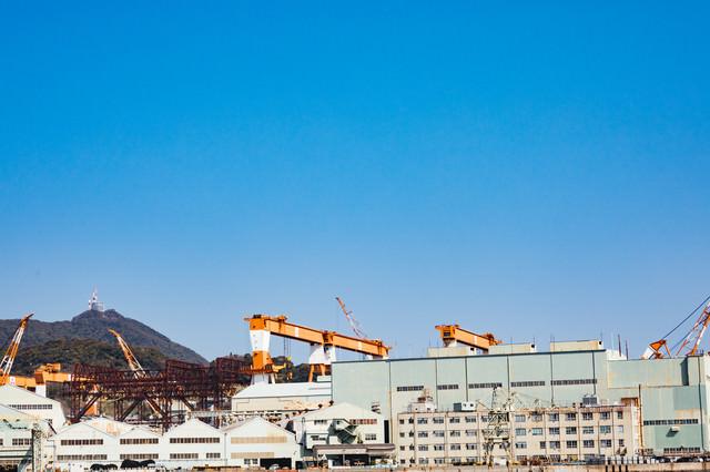 戦艦武蔵を建造した三菱重工業造船所跡と稲佐山の写真