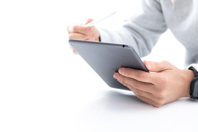 iPadminiでApplepencilを試そうとする男性の写真