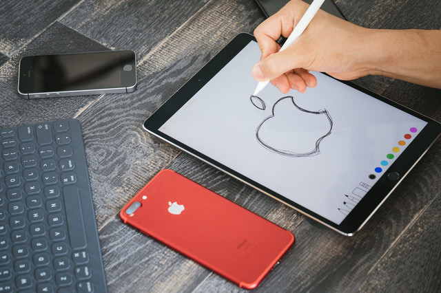 タブレットを使って絵を描く練習をするの写真