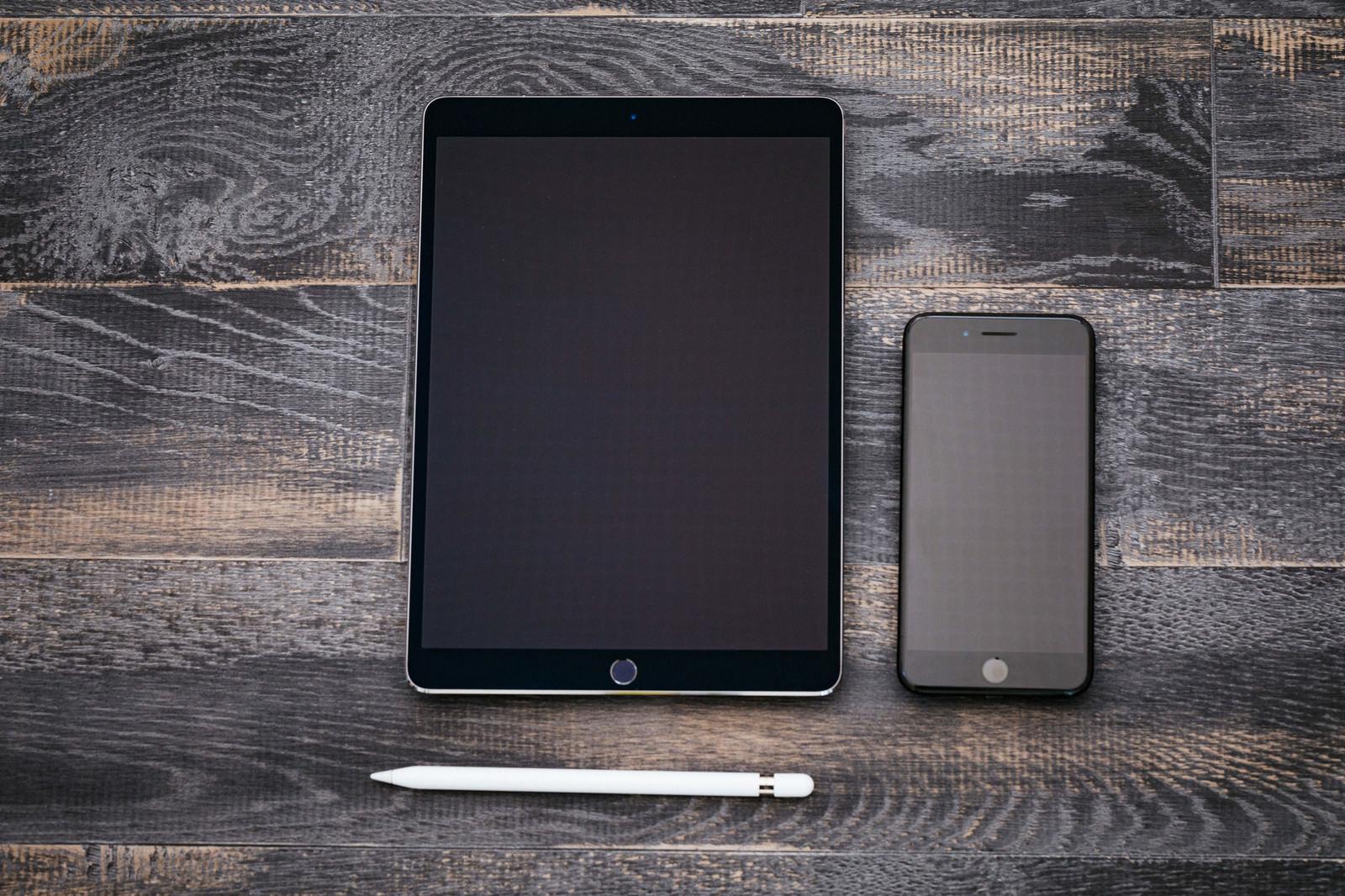 「タブレットとスマートフォン(真上)」の写真