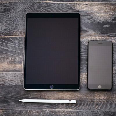 「タブレットとスマートフォン(真上)」の写真素材