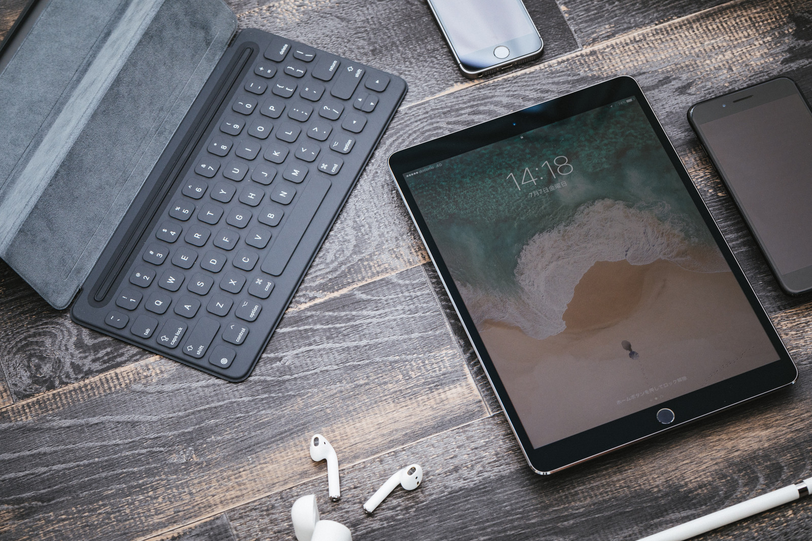 「木目の床とタブレット端末」の写真
