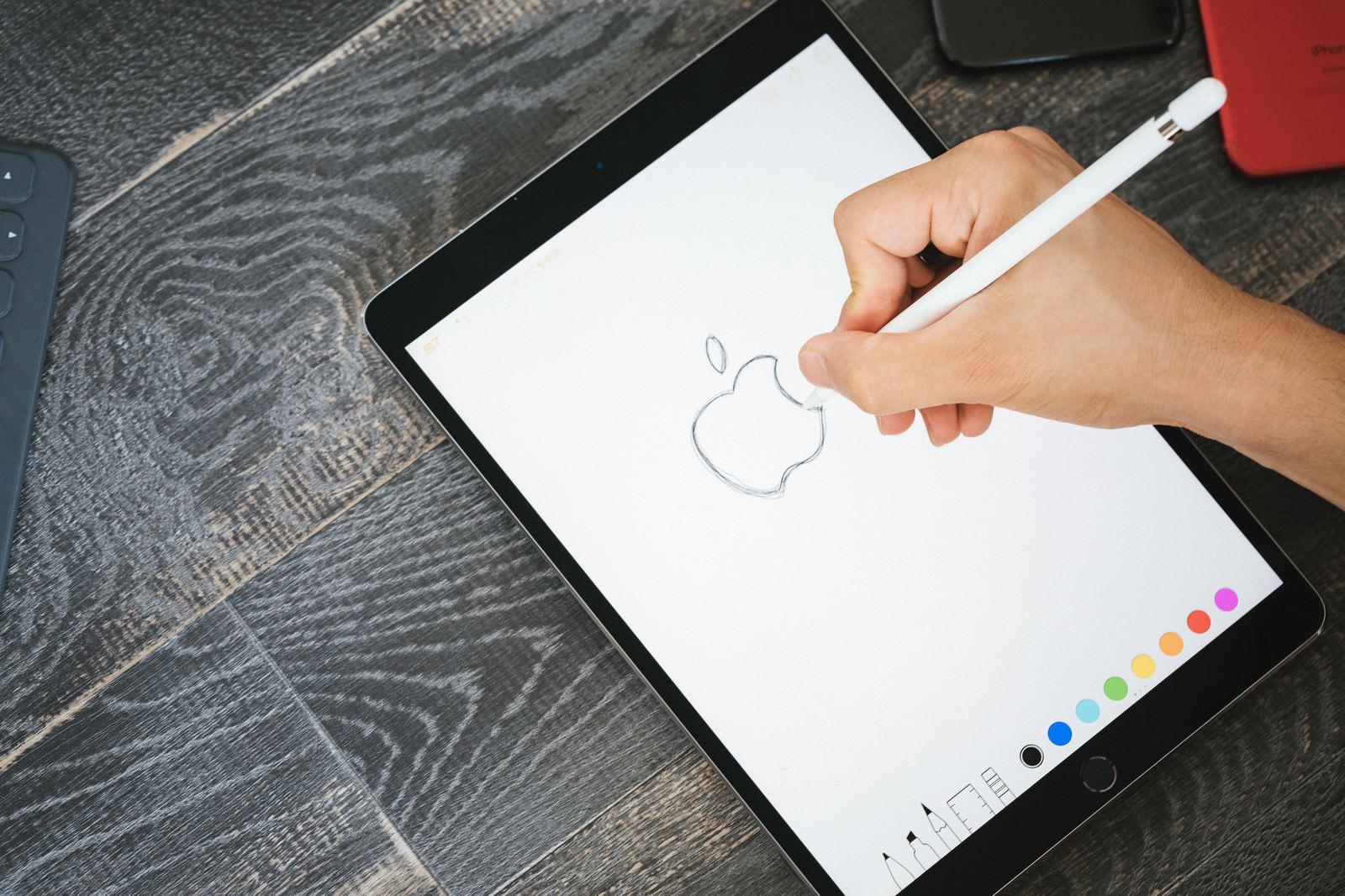 タブレットに林檎の絵を描くの写真(画像)を無料ダウンロード - フリー素材のぱくたそ