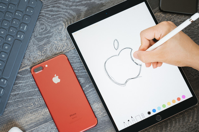 タブレットで林檎のロゴを描き写すの写真
