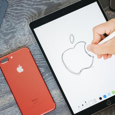 「タブレットで林檎のロゴを描き写す」の写真素材