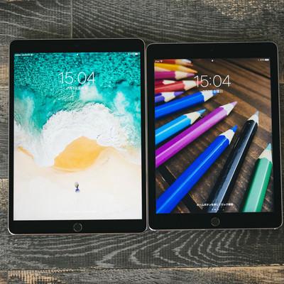 「ディスプレイのサイズが異る2台のタブレット」の写真素材