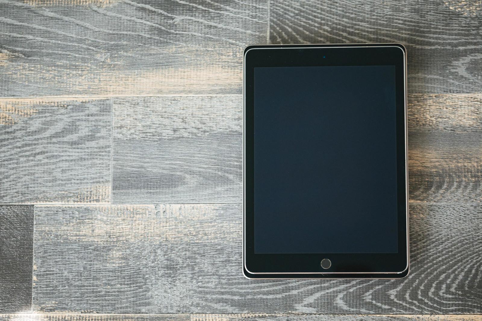 「大きさが異なるタブレットを重ねる大きさが異なるタブレットを重ねる」のフリー写真素材を拡大