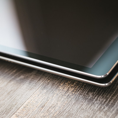 サイズの違うタブレットの側面の写真