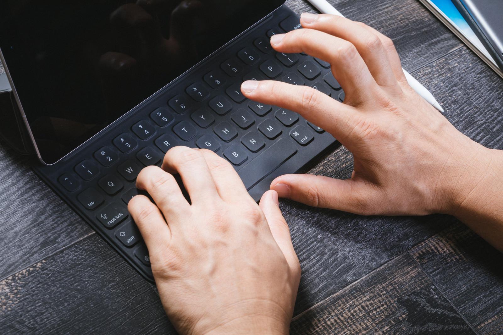 「キーボードで入力する手の動き」の写真