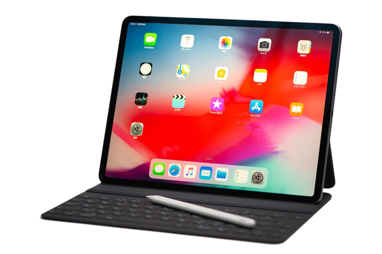 「Apple pencilを乗せた12.9インチ iPad Pro 2018とSmart Keyboard FolioApple pencilを乗せた12.9インチ iPad Pro 2018とSmart Keyboard Folio」のフリー写真素材を拡大