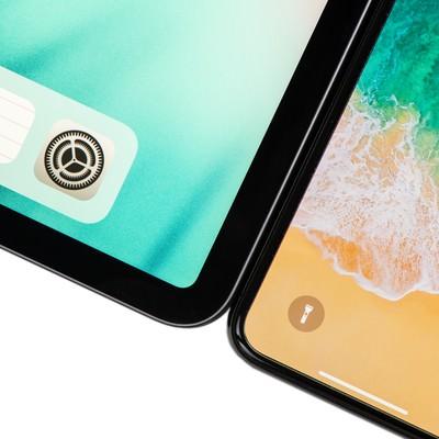 12.9インチ iPad Pro 2018とiPhone Xのベゼル比較の写真