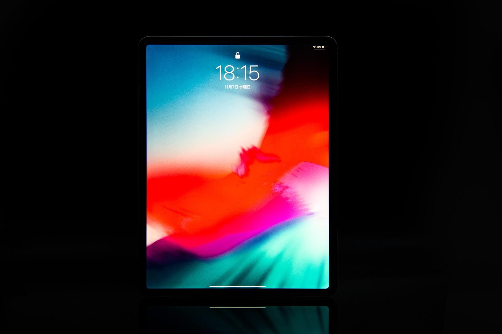 「12.9インチ iPad Pro 2018のディスプレイ(黒バック)」の写真