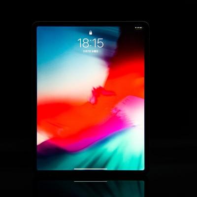 12.9インチ iPad Pro 2018のディスプレイ(黒バック)の写真