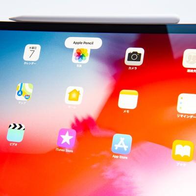 iPad Pro 2018の側面に装着されたApple pencilの写真