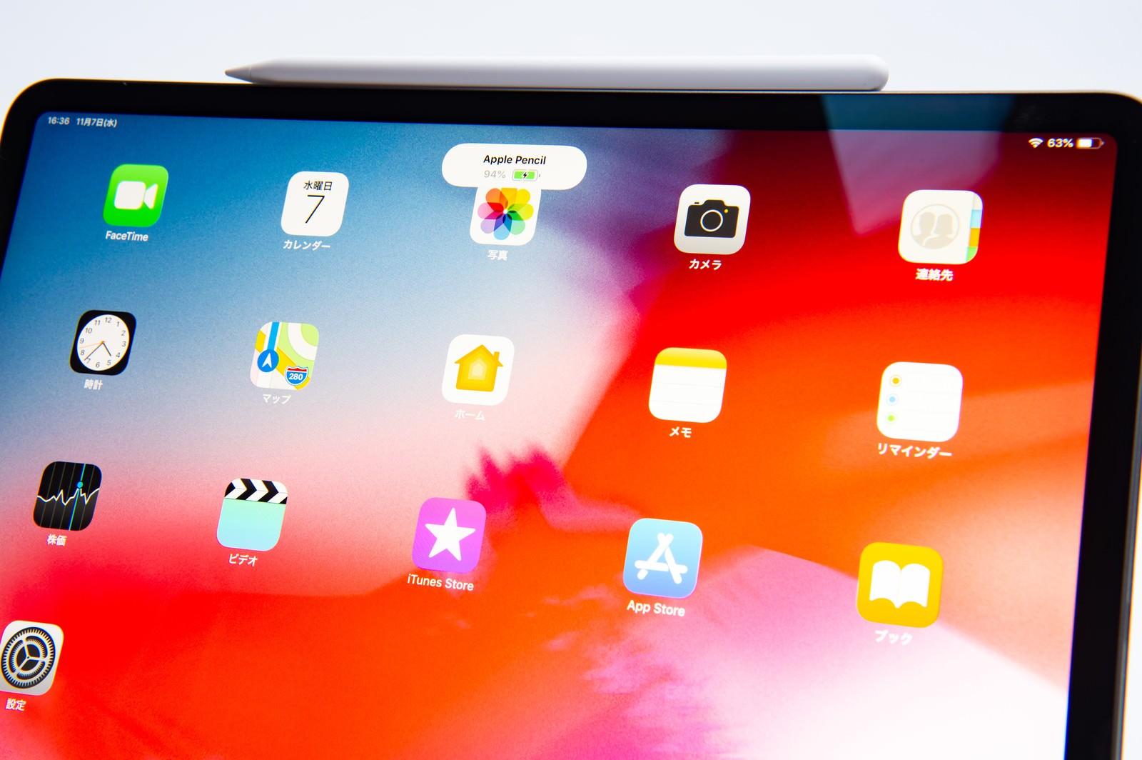 「アップルペンシルが装着されたタブレットのホーム画面(iPad Pro 2018とApple pencil)」の写真