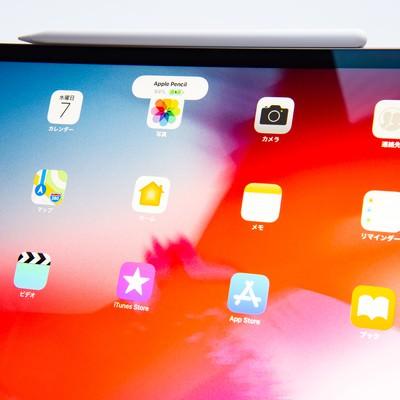アップルペンシルが装着されたタブレットのホーム画面(iPad Pro 2018とApple pencil)の写真