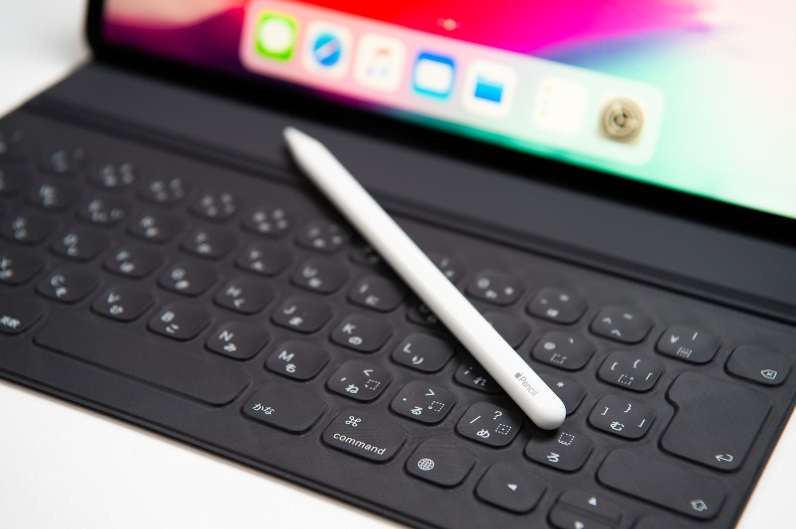 「Smart Keyboard Folioのキーボード部分に転がるApple pencil」の写真