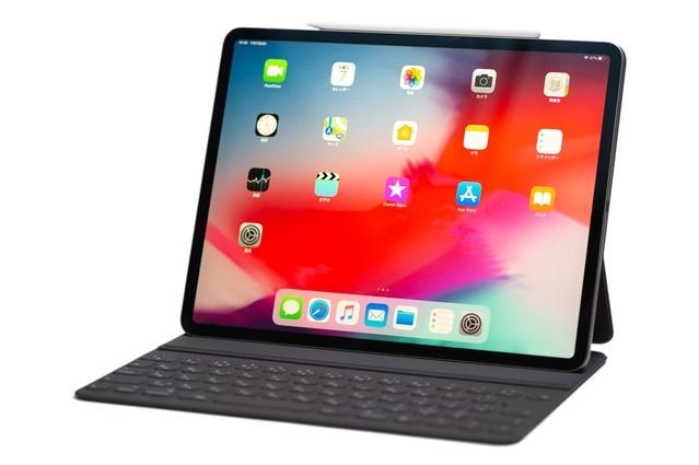 側面にApple pencilを装着させた12.9インチ iPad Pro 2018の写真