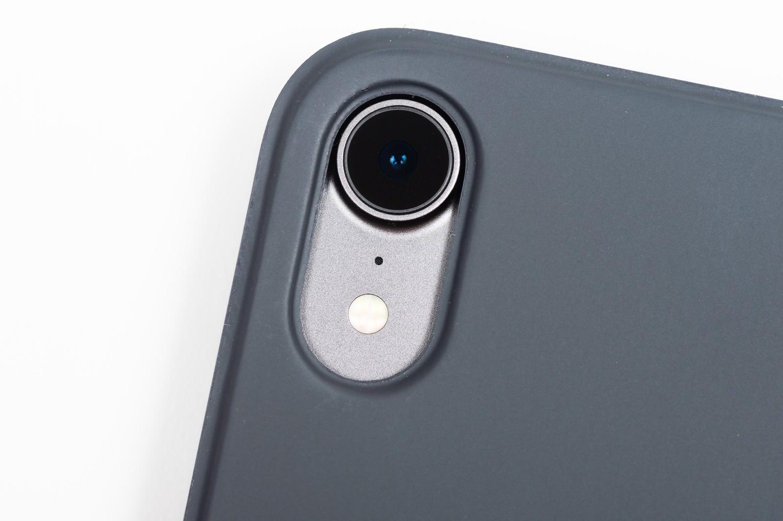 「iPad Pro 2018にカバーを装着したカメラ部分(Smart Keyboard Folio)」の写真