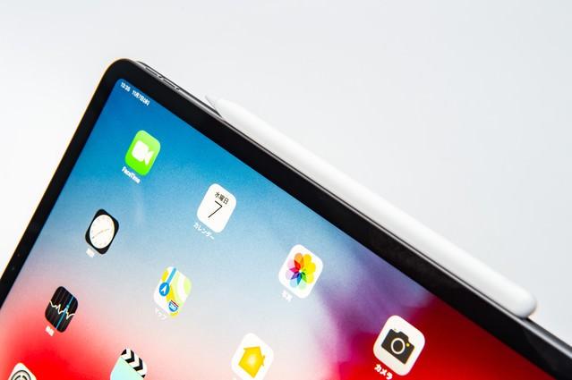 タブレット側面に装着されたApple pencilとホーム画面(iPad Pro 2018)の写真