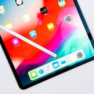 iPad Pro 2018のディスプレイに転がるApple pencilの写真