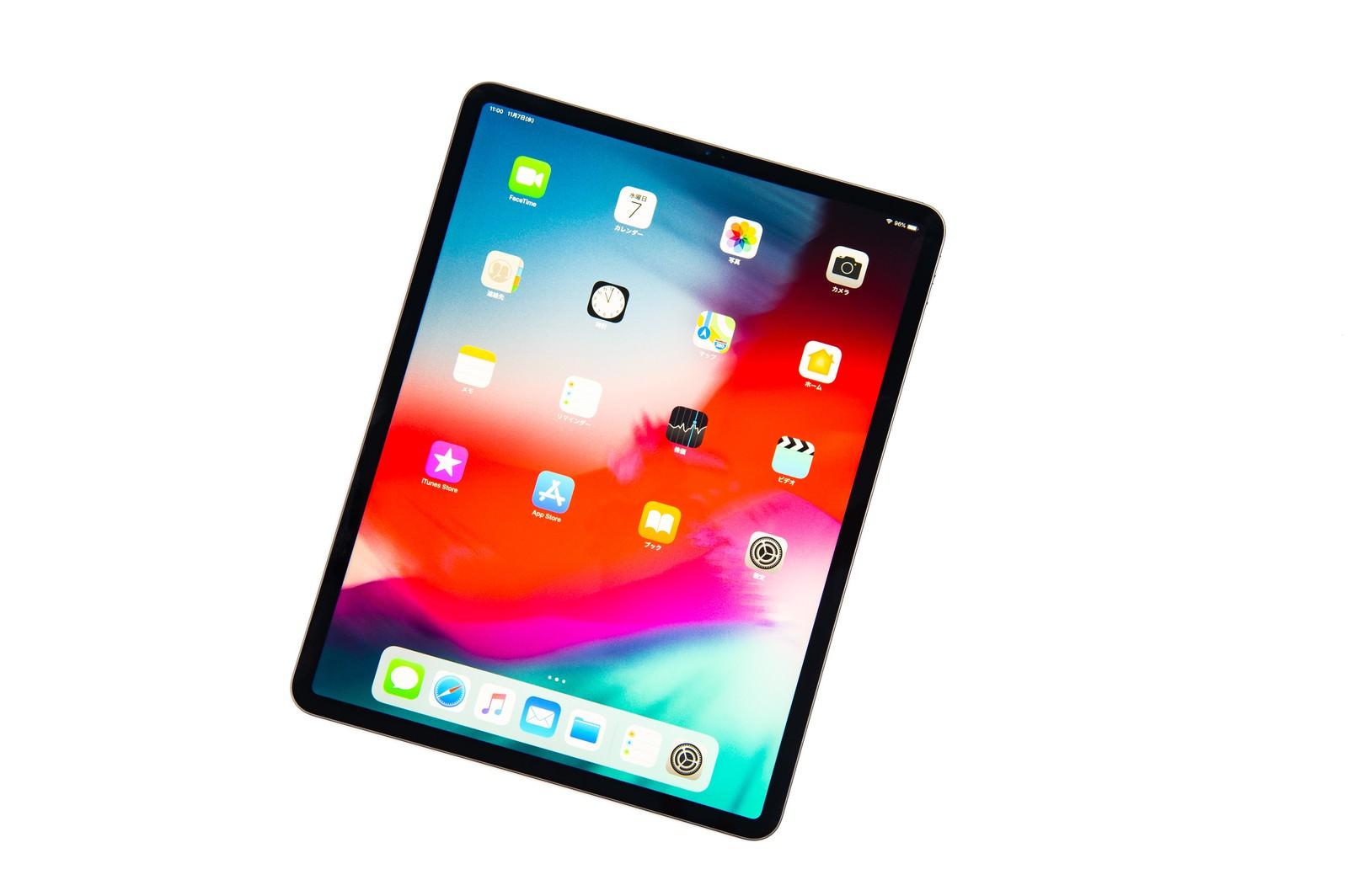 「傾けたタブレット端末(12.9インチ iPad Pro 2018)のホーム画面」の写真