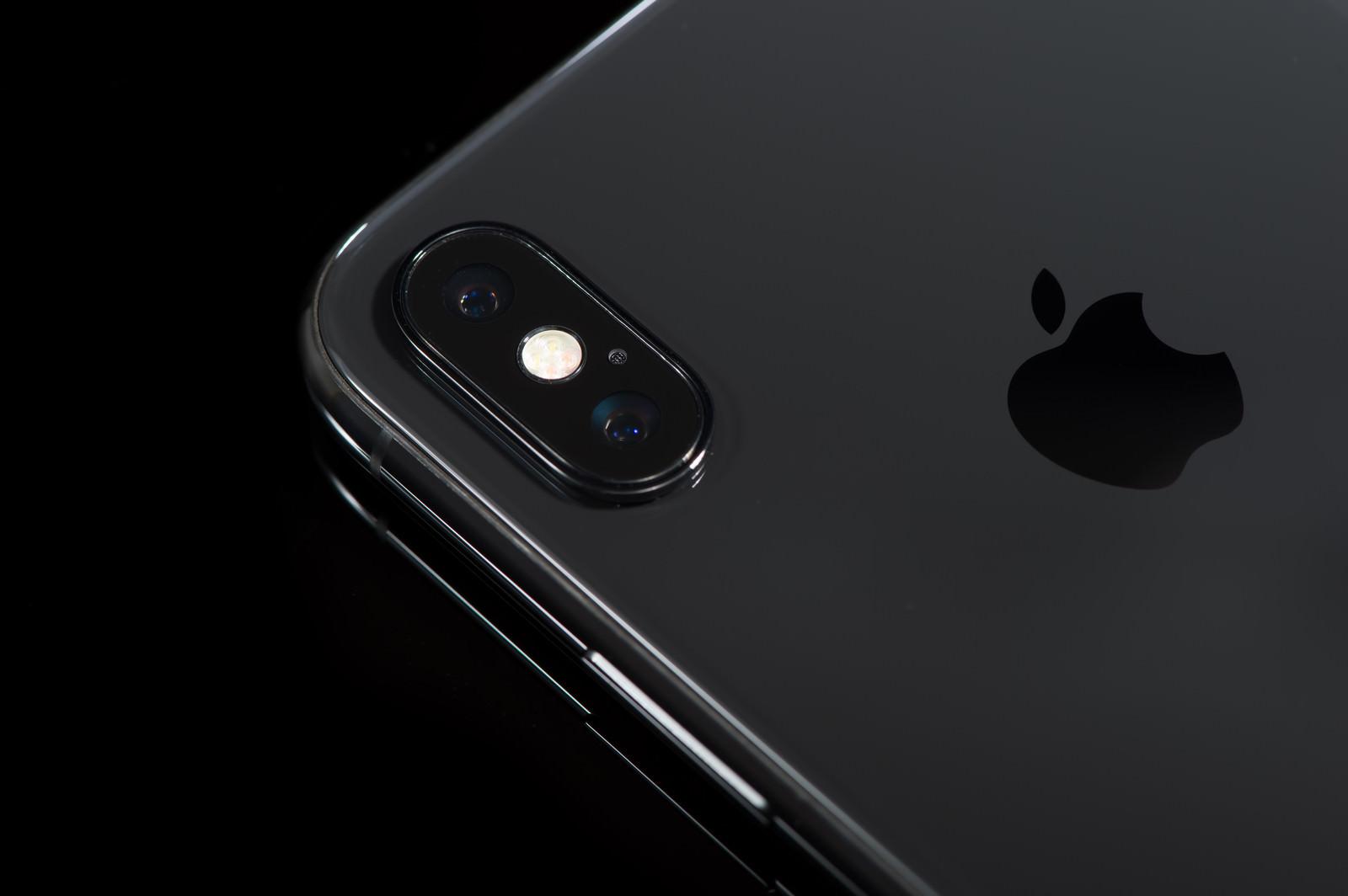 「iPhone X のデュアルレンズカメラ」の写真