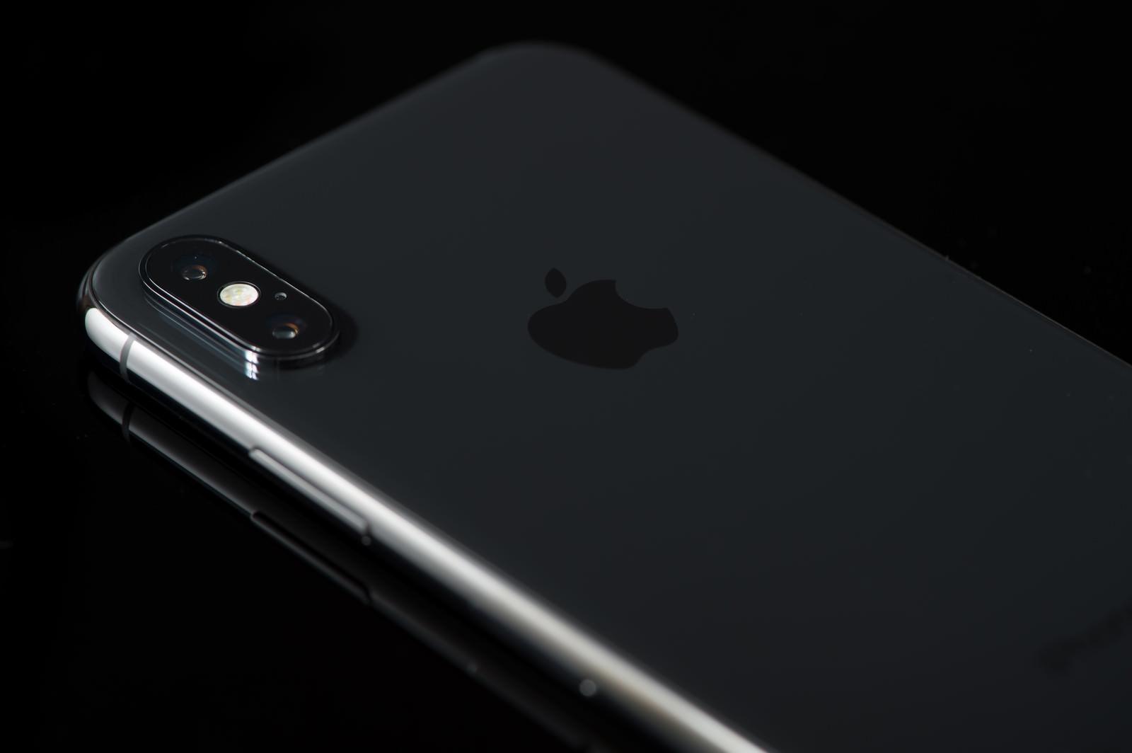 「高級感のある黒いボディ(iPhone X)」の写真