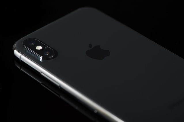 高級感のある黒いボディ(iPhone X)の写真