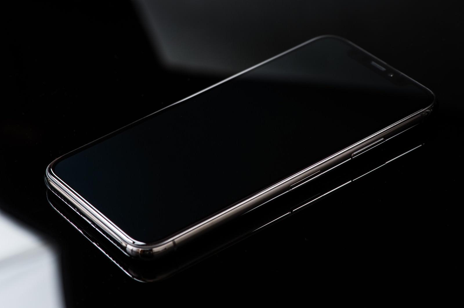 「iPhone X と映り込む照明の光 | 写真の無料素材・フリー素材 - ぱくたそ」の写真