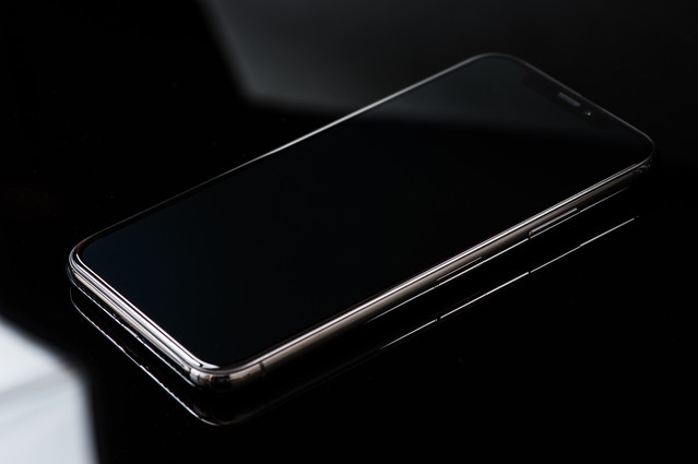 iPhone X と映り込む照明の光の写真