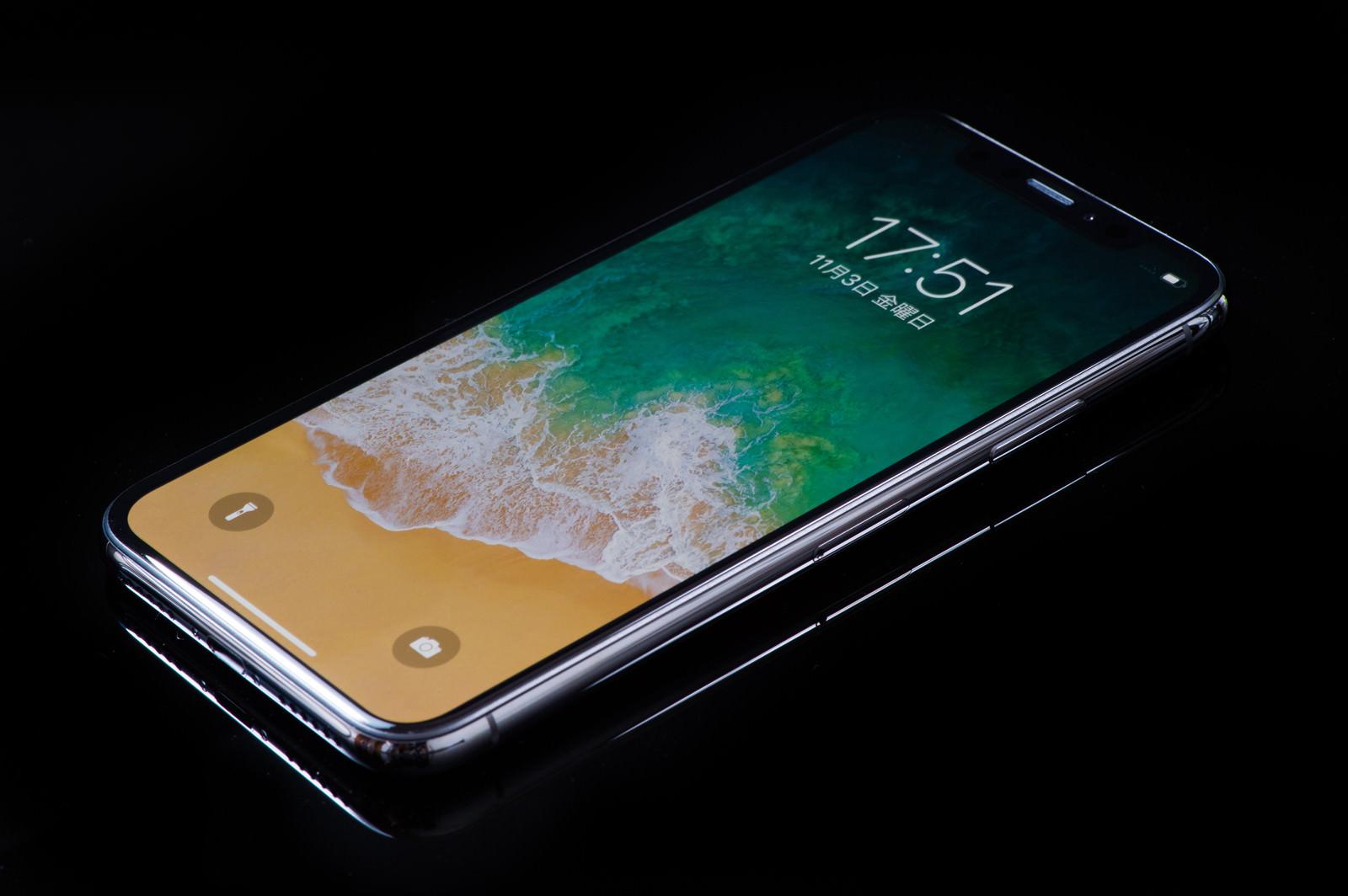 「高級感がある iPhone X のステンレススチールフレーム」の写真