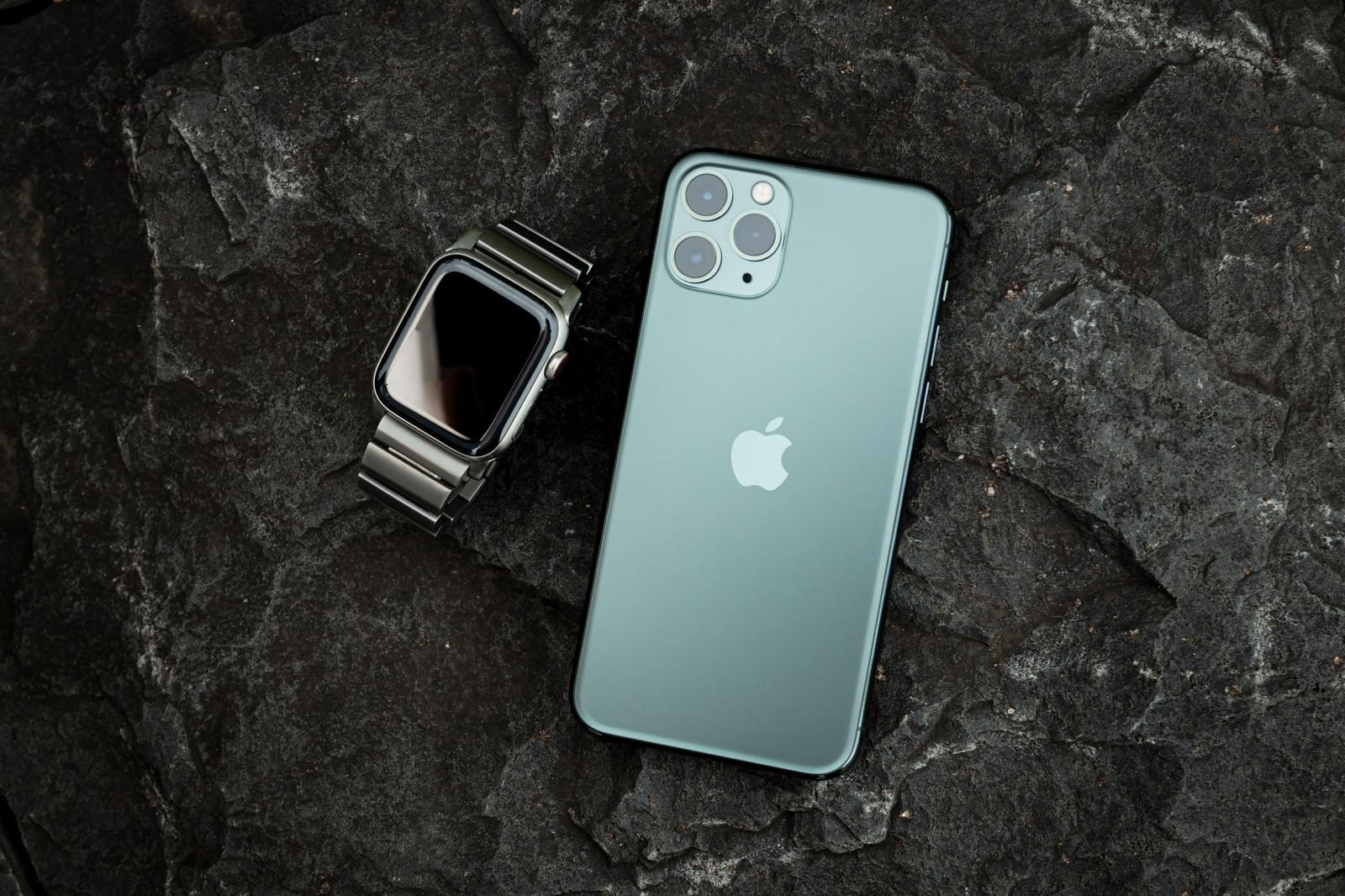 「iPhone 11 Pro(ミッドナイトグリーン)とApple Watch」の写真