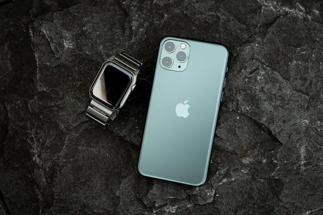iPhone 11 Pro(ミッドナイトグリーン)とApple Watchの写真