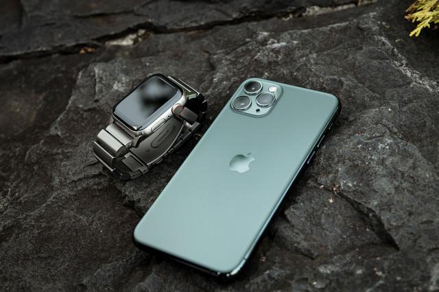 チタンApple Watch と iPhone 11 Proの写真