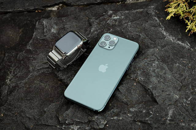 Apple Watch と iPhone 11 Pro のペアの写真