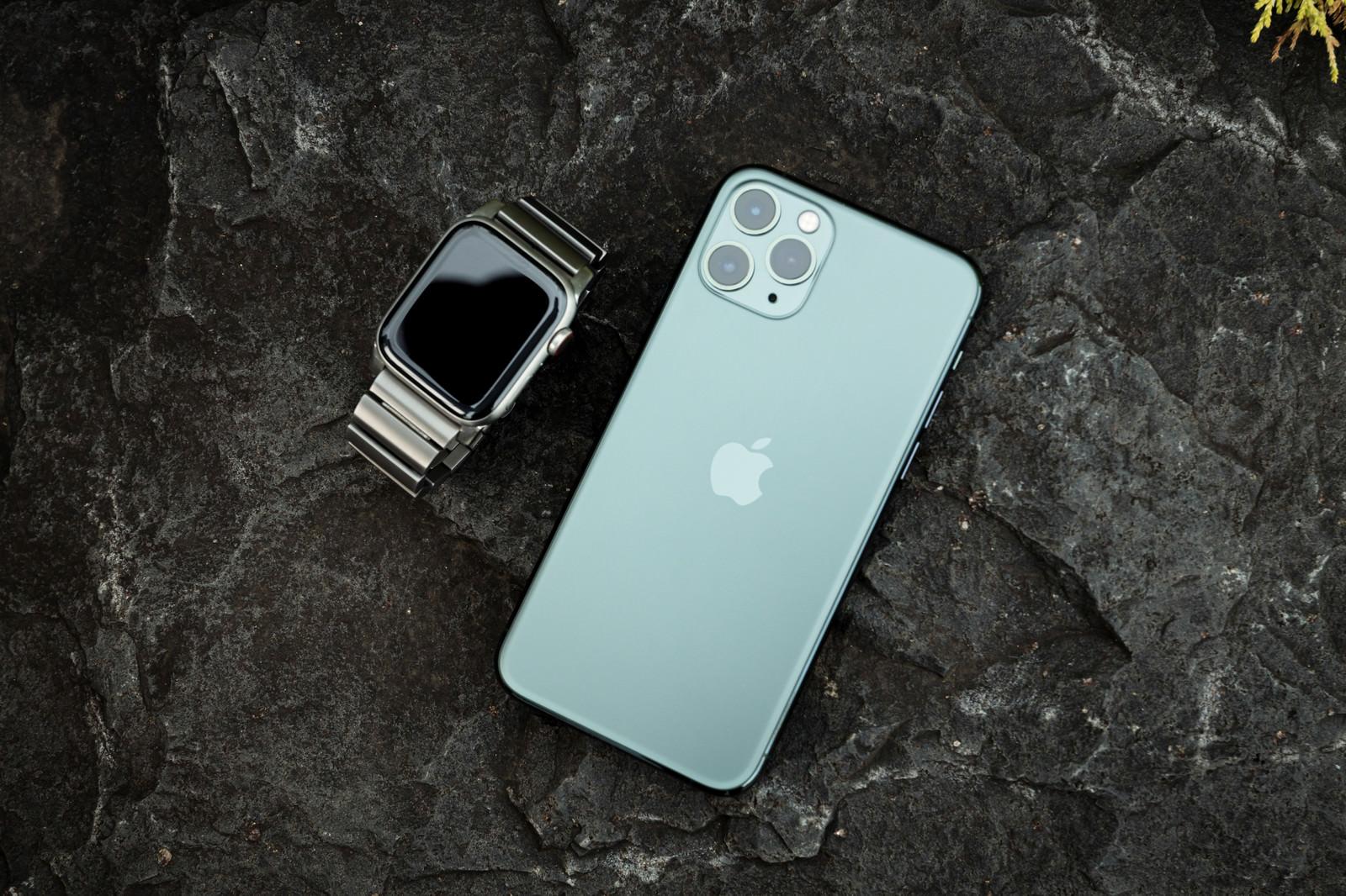 「iPhone 11 Pro ミッドナイトグリーンとApple Watch」の写真