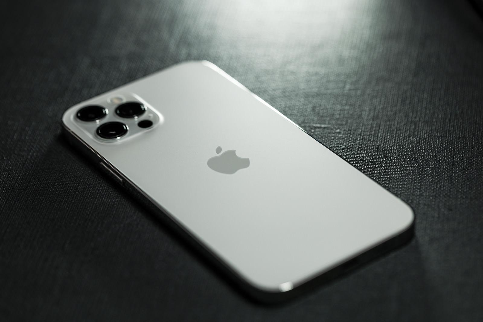 「ホワイトカラーの iPhone 12」の写真