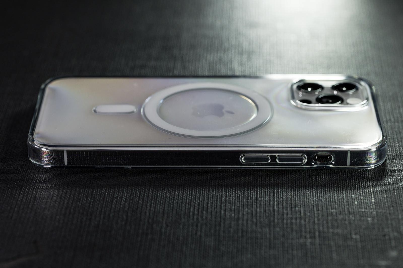 「クリアケース装着済みの iPhone 12 Pro サイドボタン側」の写真