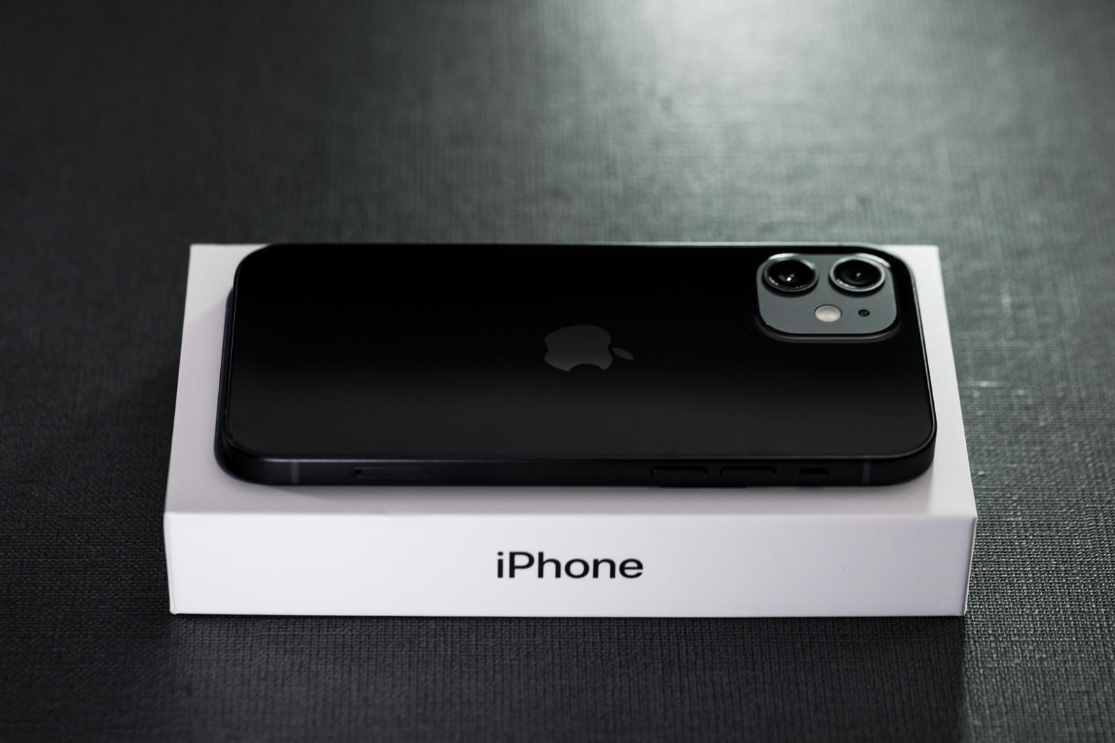 「箱の上に置かれたiPhone12」の写真