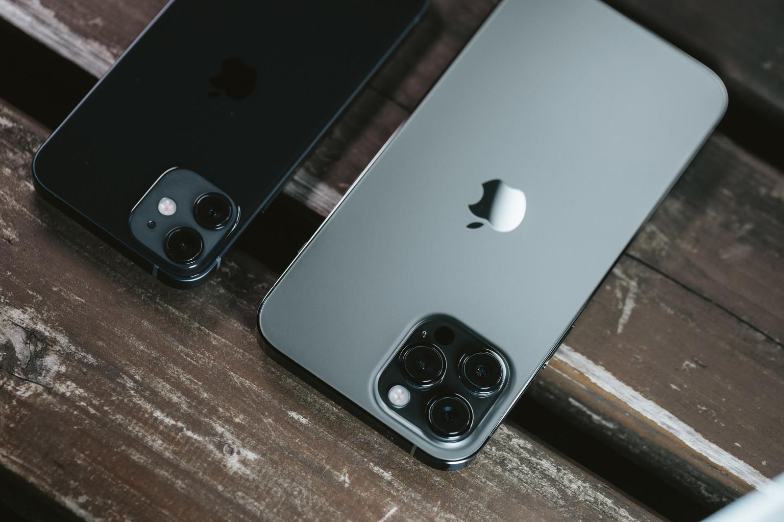 「iPhone 12 と iPhone 12 Pro」の写真