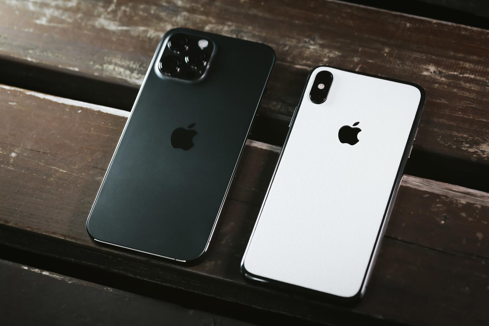 「iPhone 12 Pro と iPhone X」の写真