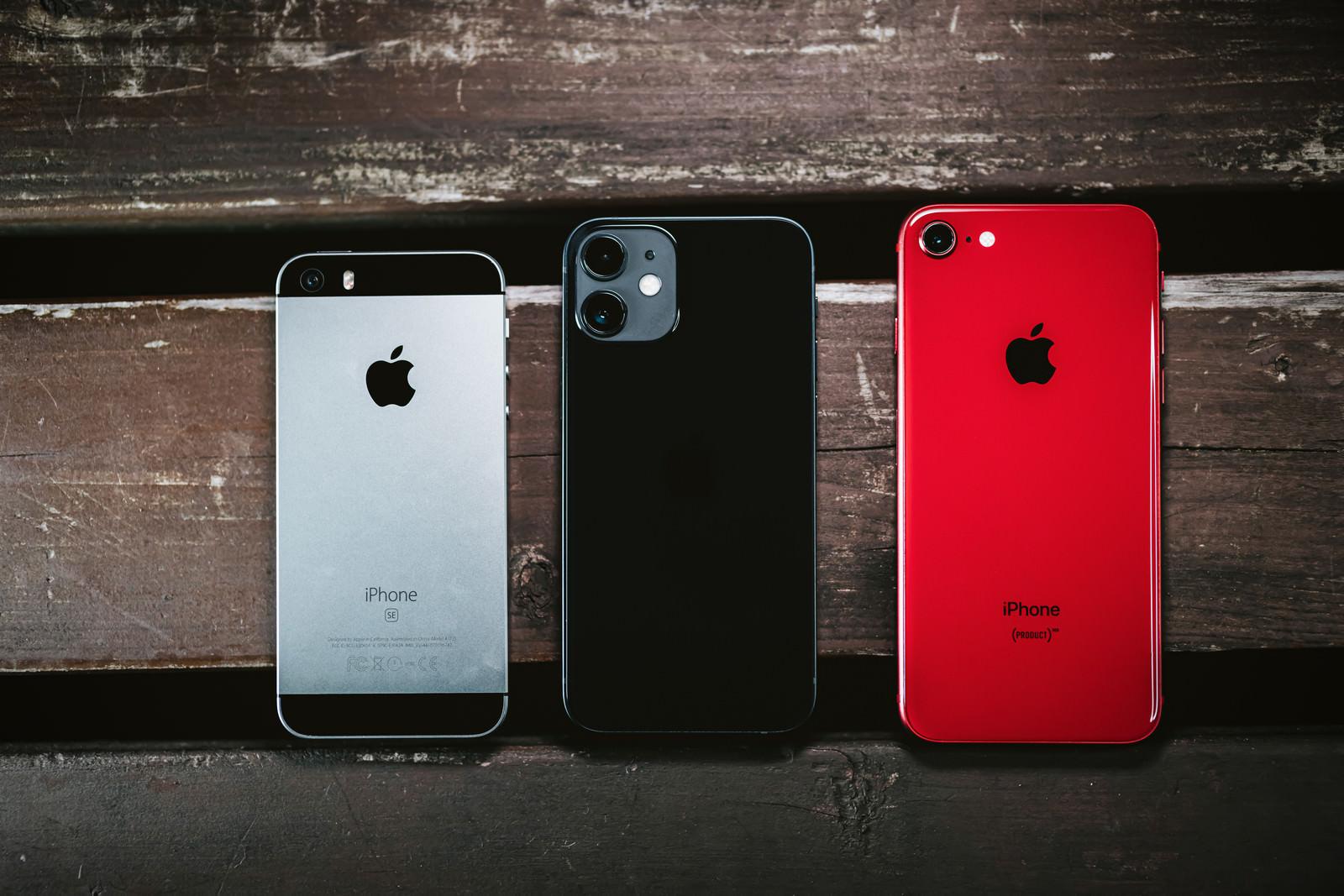 「iPhone SE と iPhone 12 iPhone X(RED) とのサイズ比較」の写真