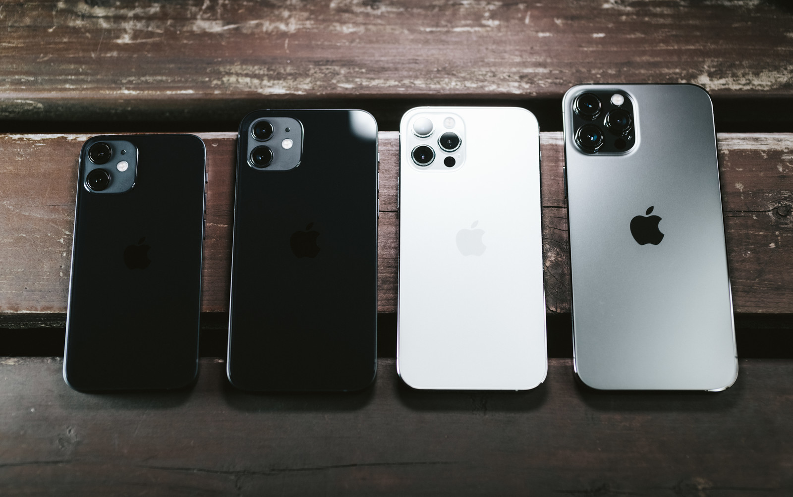 「並べて比較 iPhone 12 mini と iPhone 12 と iPhone 12 Pro と iPhone 12 Pro Max」の写真