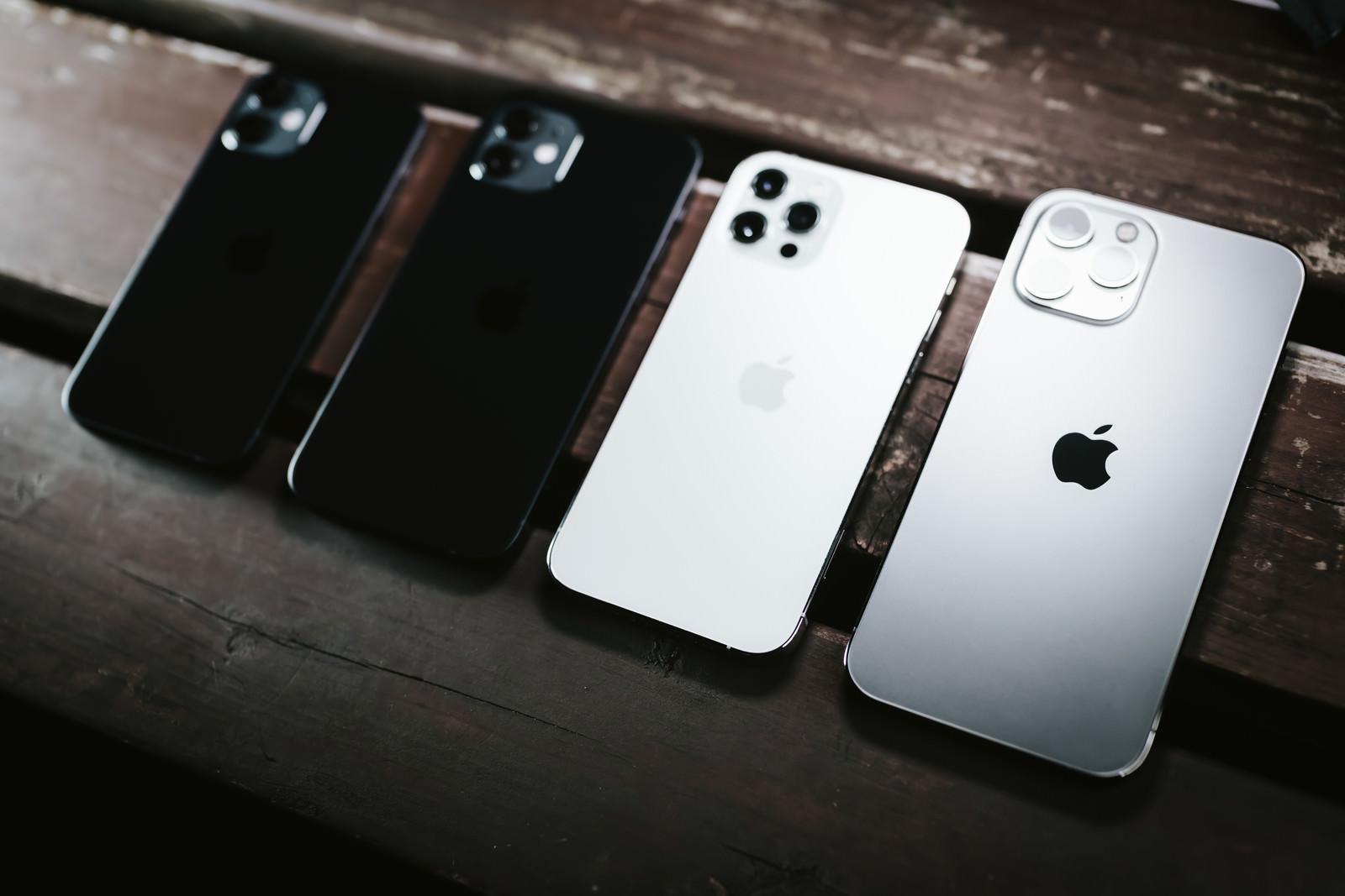 「浮かび上がるの iPhone 12 Pro Max の Apple ロゴマーク」の写真