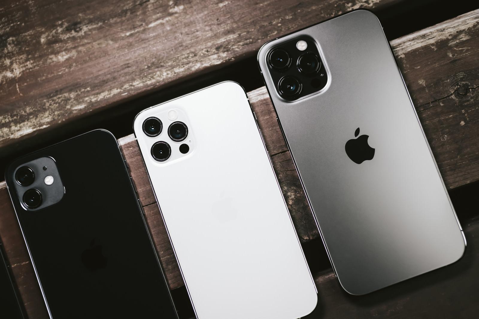 「テーブルに並んだ iPhone 12 と iPhone 12 Pro と iPhone 12 Pro Max」の写真