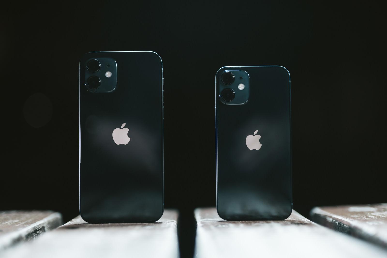 「iPhone 12(無印) と iPhone 12 mini を比べる」の写真